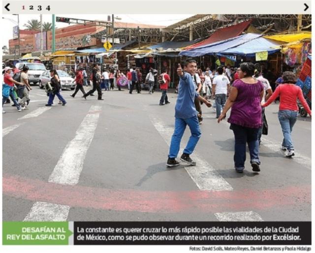 """Imagen publicada en la página Excélsior para ilustrar la """"irresponsabilidad"""" peatonal, frente al """"rey del asfalto""""."""